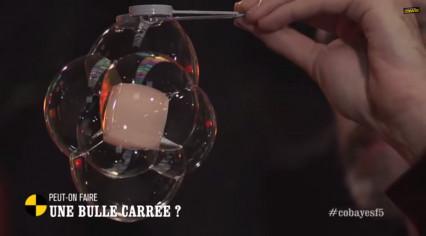 Sylvain relève le défi de réaliser une bulle de savon carrée à la télévision!