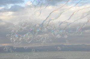 Pluie de bulles sur la Mer Morte