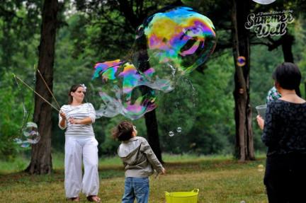 Des bulles de savon géantes au Summer Well Festival en Roumanie