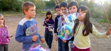 Quand les bulles de savon géantes volent au Kosovo…